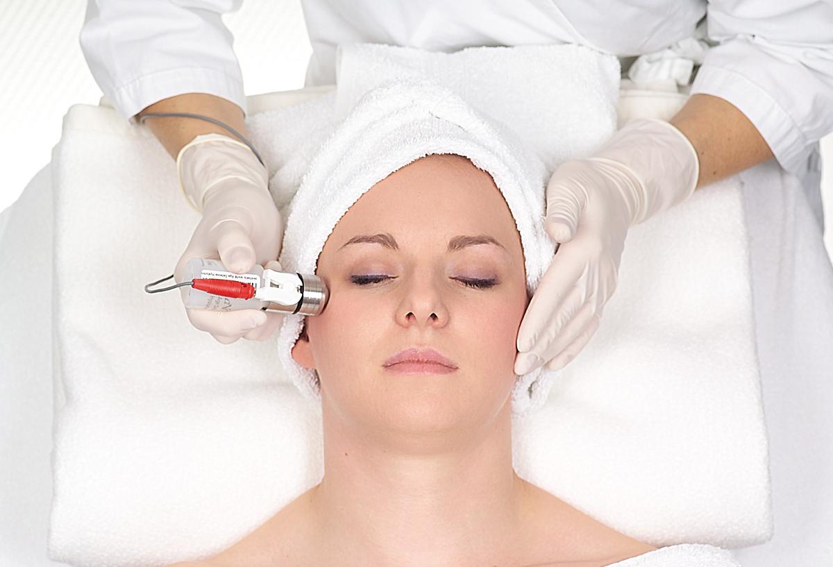 Ultraschallbehandlung mit hochwertigem Hyaluron-Serum